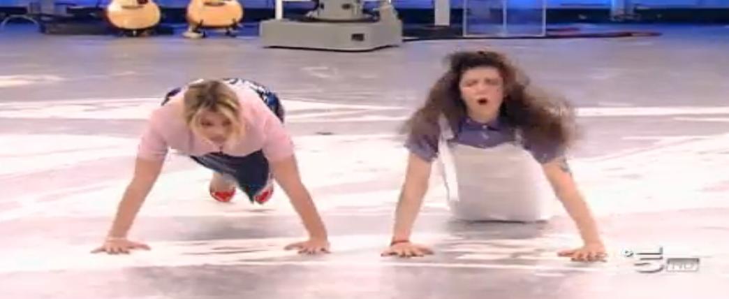 Emma ed Elisa pagano pegno dopo aver perso la sfida coi Blu