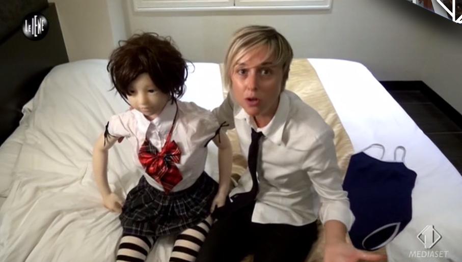 Nadia Toffa e la bambola bambina