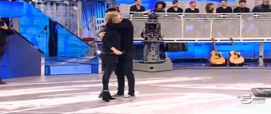 Nick eliminato, l'abbraccio di Maria De Filippi