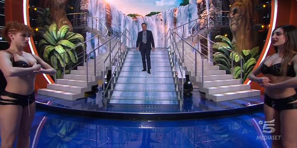 Paolo Bonolis scende le scale