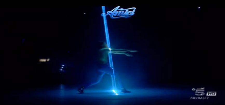 Patrizio balla una coreografia 'elettrica'