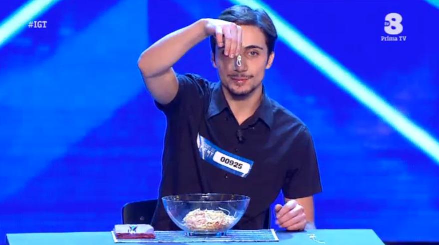 Italias' got talent 2016, fa i nodi agli spaghetti con la lingua