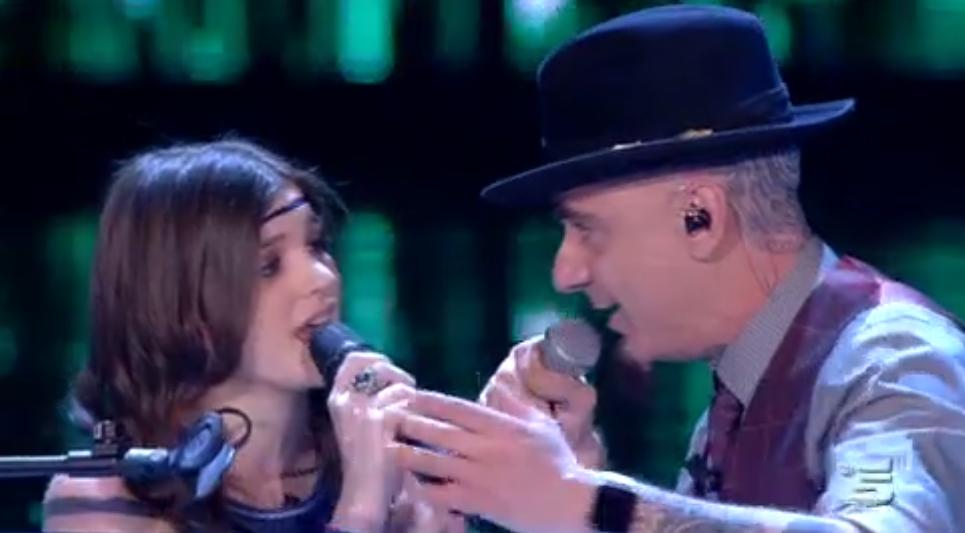 J Ax e Chiara cantano Intro ad Amici 15