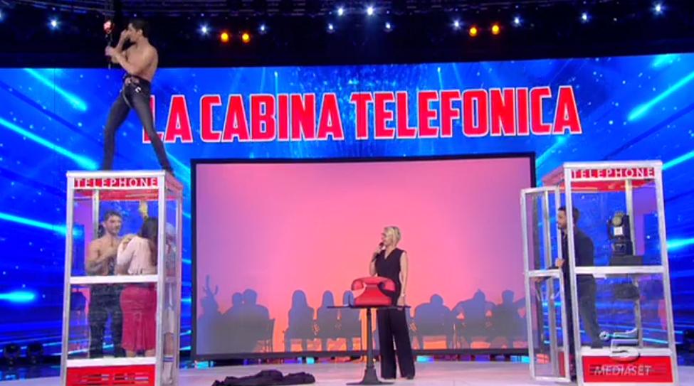 La Cabina Telefonica, Sabrina Ferilli rinchiusa insieme a De Martino