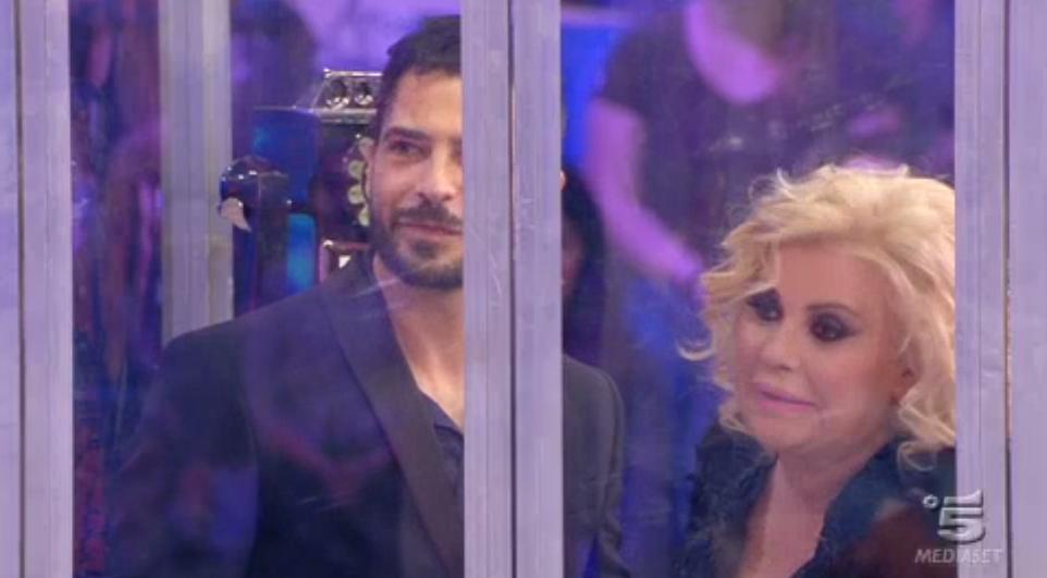 Marco Bocci in cabina telefonica con Tina Cipollari