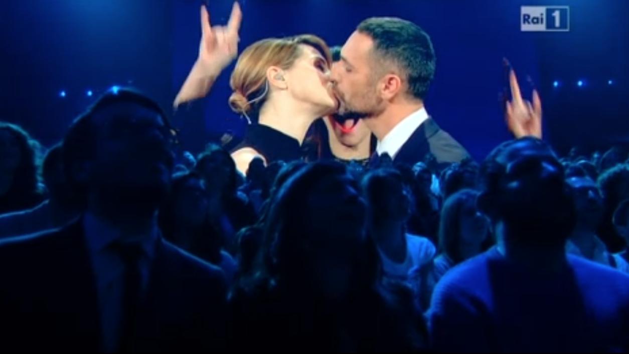 Paola bacia Raoul Bova