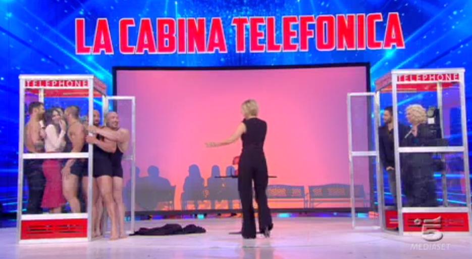 Sabrina Ferilli in cabina con tanti uomini