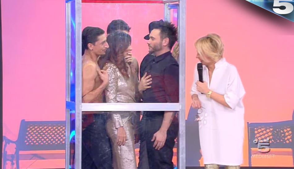 Sabrina Ferilli in cabina telefonica con 4 uomini
