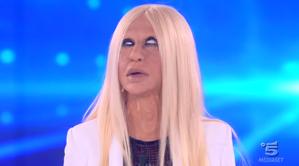 Virginia Raffaele imita Donatella Versace ad Amici