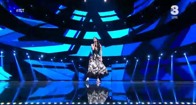 33 Lodovica Comello canta 'Non cadiamo mai' a Italia's got talent 2016
