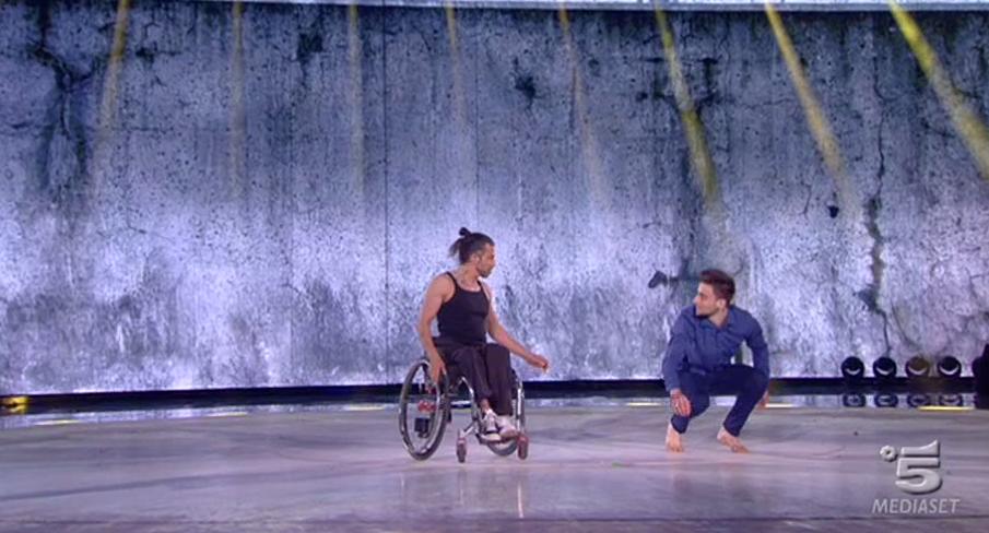 37 Amici 15, Ale dei Blu balla insieme ad un ragazzo in sedia a rotelle