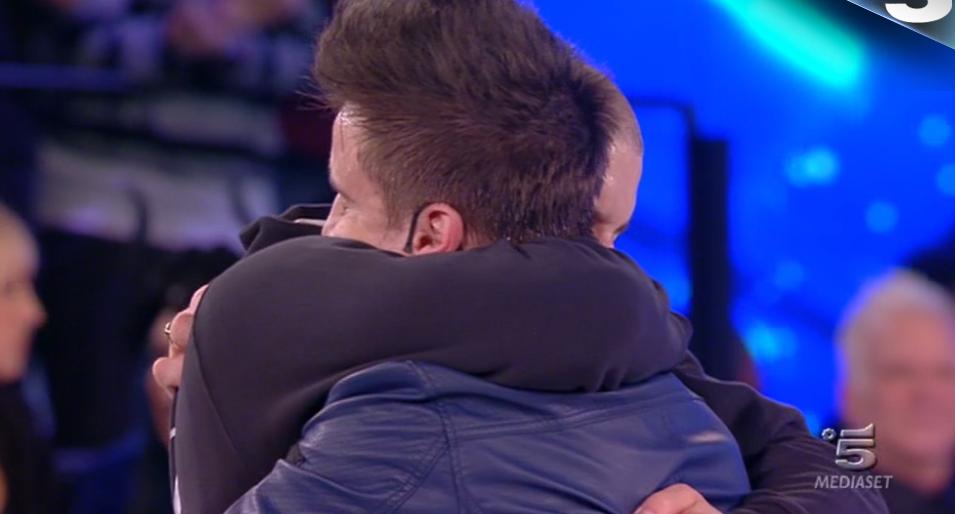 58 Gabriele finalista, Ale eliminato, si abbracciano