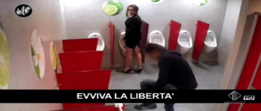 8 Vladimir Luxuria fa la pipì nel bagno degli uomini, Le Iene