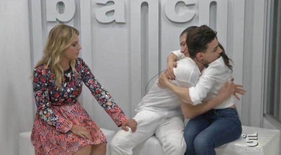 Elisa ed Emma consolano Alessio