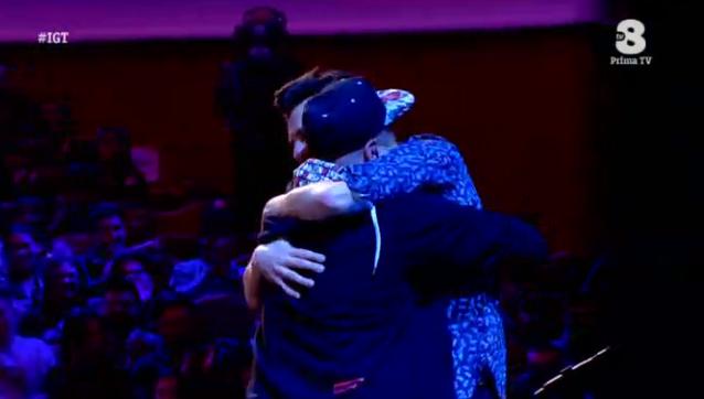 Frank Matano abbraccia un concorrente