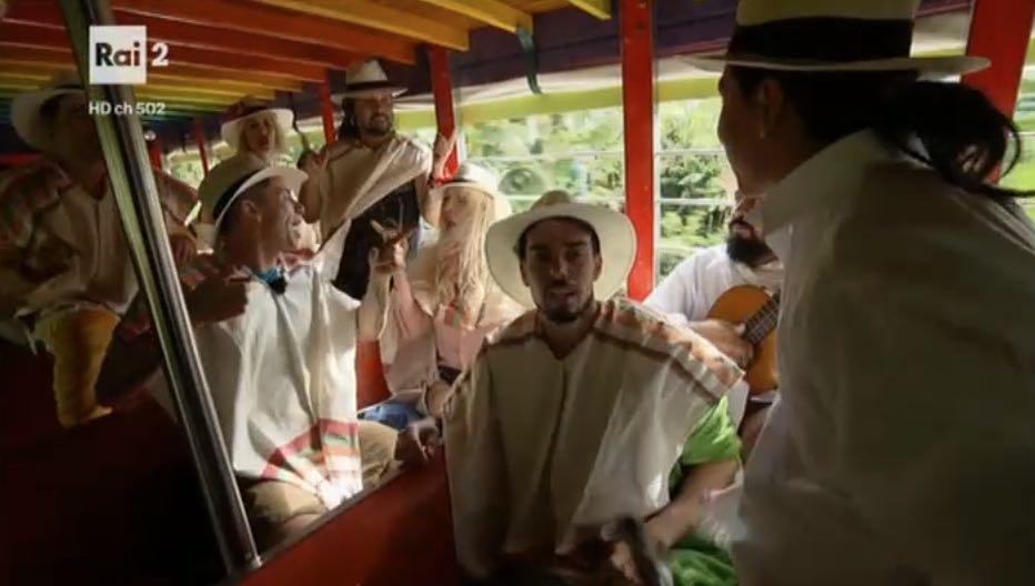 Le coppie cantano sull'autobus