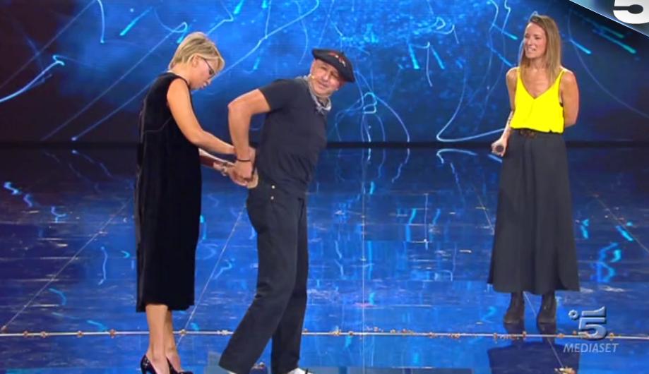 10 Tu sì que vales, Maria De Filippi controlla le mutande al concorrente