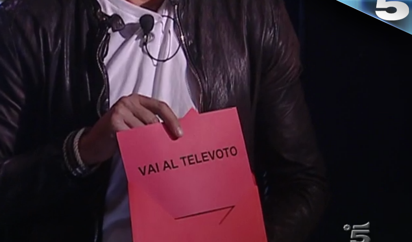 10 GF VIP, Stefano Bettarini sceglie una busta e va al televoto