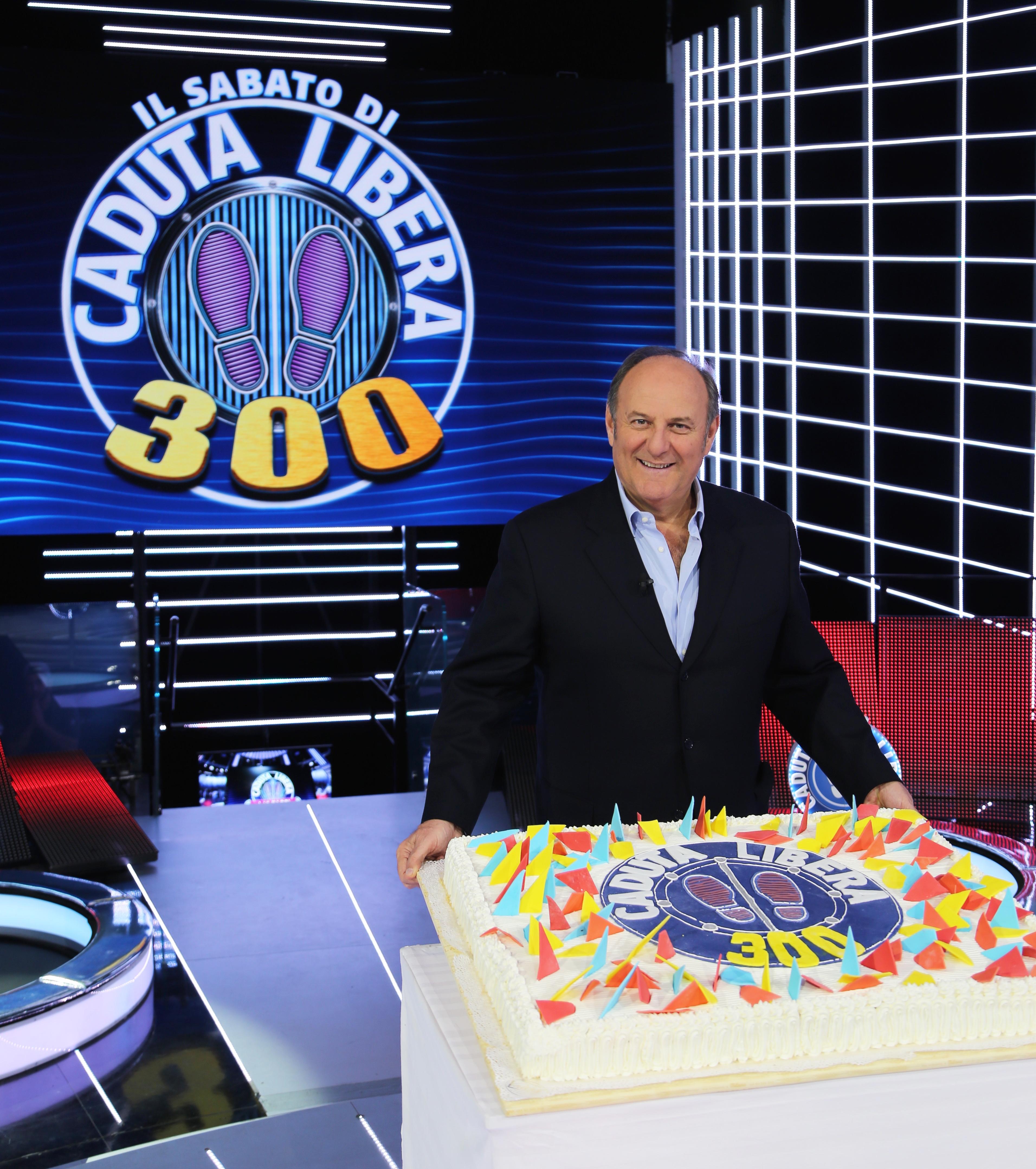 Gerry Scotti con la torta (1)