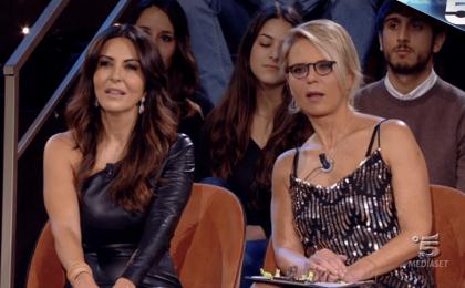 House Party, fischi contro Barbara D'Urso, applausi per Maria De Filippi: l'ironico confronto