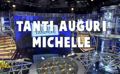 Michelle Hunziker compie 40 anni, Striscia la notizia le fa gli auguri tra cadute ed errori in TV