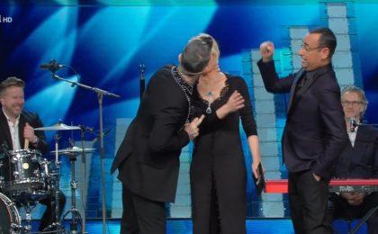 Sanremo 2017: il bacio di Robbie Williams e Maria De Filippi nella seconda serata del Festival