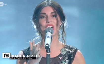 Festival di Sanremo 2017: Bianca Atzei si commuove durante l'esibizione