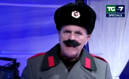 Enrico Lucci invade TgLa7: Enrico Mentana si 'confronta' con Stalin
