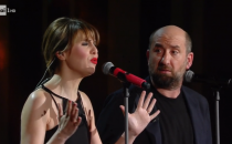 Antonio Albanese e Paola Cortellesi con la canzone 'Un mondo di pavòle': al Festival di Sanremo 2017 si canta l'amore