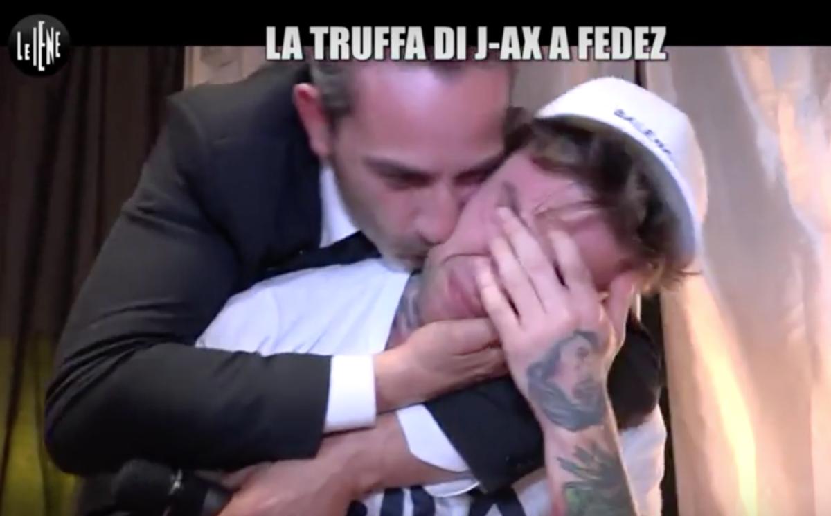 Le Iene, Fedez vittima di uno scherzo di J-Ax: le lacrime del rapper