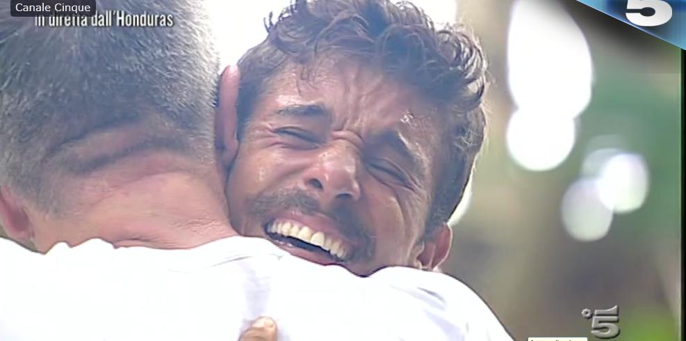 Moreno abbraccia il padre
