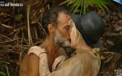 L'Isola dei Famosi 2017, il bacio tra Paola Barale e Raz Degan
