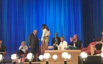 Maurizio Costanzo balla con Ambra Angiolini al MCS [video]