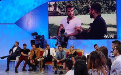 Uomini e Donne oggi, anticipazioni e news trono classico – puntata 17 ottobre 2017: Alex vicino a Claudio