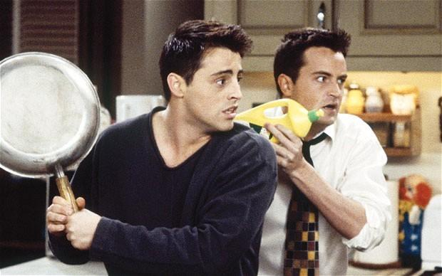 Matt LeBlanc e Matthew Perry in una scena di Friends