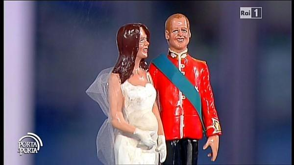 Bruno Vespa mostra in studio le statuine di William e Kate